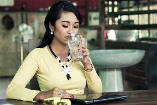Cara Hidup Sehat Jika Sering Duduk 03 Minum Air Putih - Finansialku