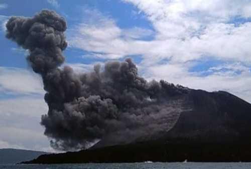 Gunung Anak Krakatau dan Merapi 'Batuk': Raungan Alam Jumat Malam