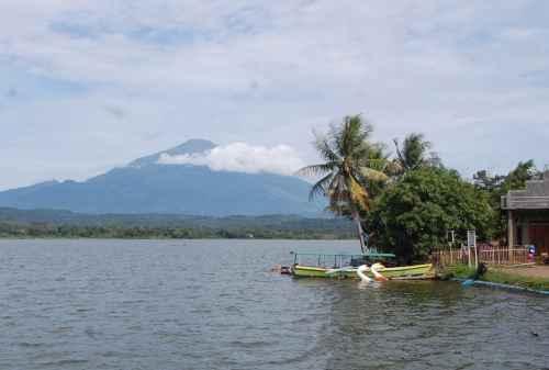 Bikin Hati Sejuk! 6 Destinasi Wisata Cirebon yang Mengusung Kebudayaan 06 Situ Sedong - Finansialku