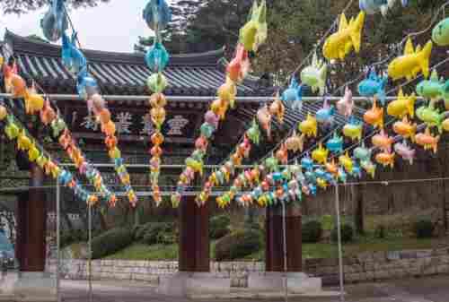 Beginilah Tradisi Yang Dilakukan Umat Budha Saat Hari Raya Waisak 04 - Finansialku