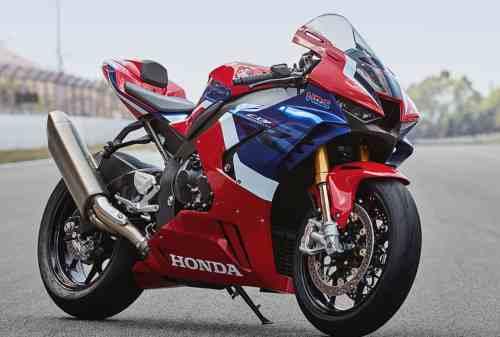 Apes! Pengendara Ayla Tabrak Honda CBR1000RR SP Seharga Rumah
