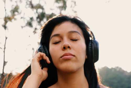 Hati-hati! ini 5 Dampak Buruk Jika Pakai Headphone Terlalu Lama